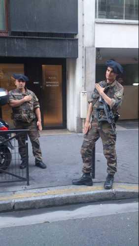 salut-nazi-inversé-devant-synagogue-armée-francaise.jpg