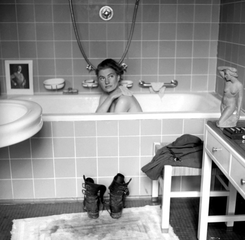 140829-lee-miller-hitler-bathtub-1945.jpg