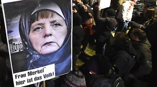 Ein-Anti-Merkel-Plakat-bei-der-Pegida-Demo-in-Dresden-.jpg